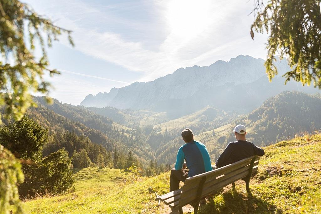 Zwei Wanderer genießen die Aussicht aufs Kaisergebirge